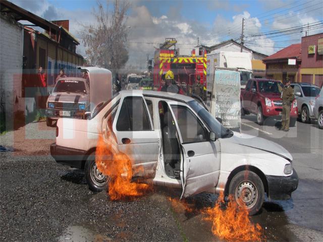 Expectación causa incendio de vehículo en 11 Oriente en Talca