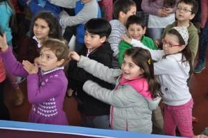 Niños participaron entusiastas en la actividad de baile