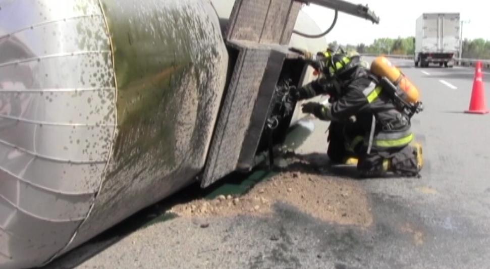 Camión volcó con sustancias químicas en la carretera