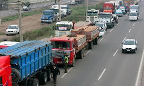 Camioneros y agricultores se manifiestan frente a Linares, tras convocatoria nacional