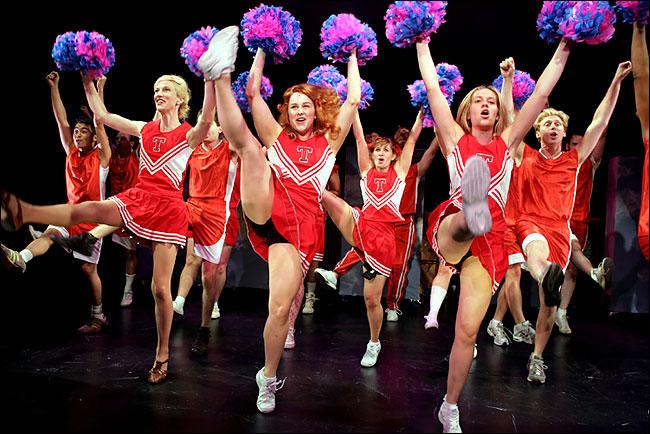 Grupos de Cheerleaders se lucieron en el Teatro Regional de Talca