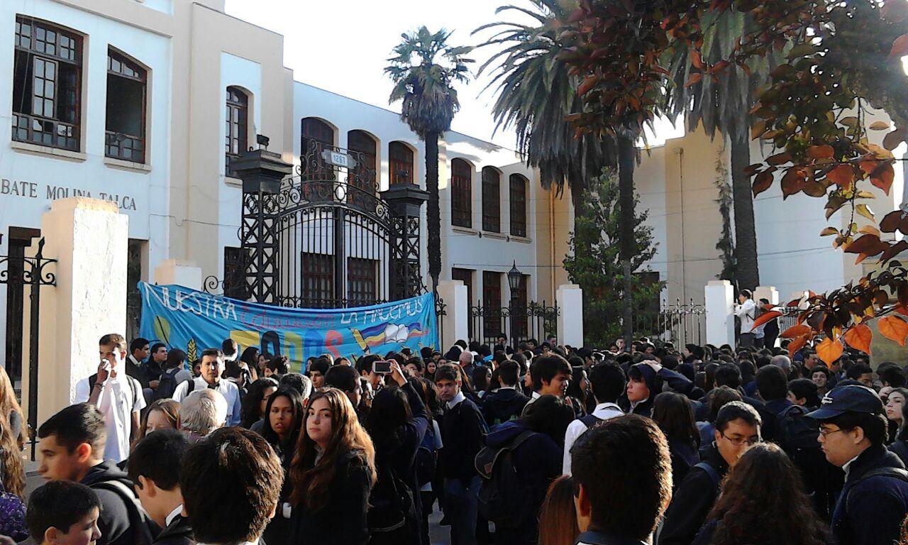 Alumnos se Toman Liceo Abate Molina de Talca