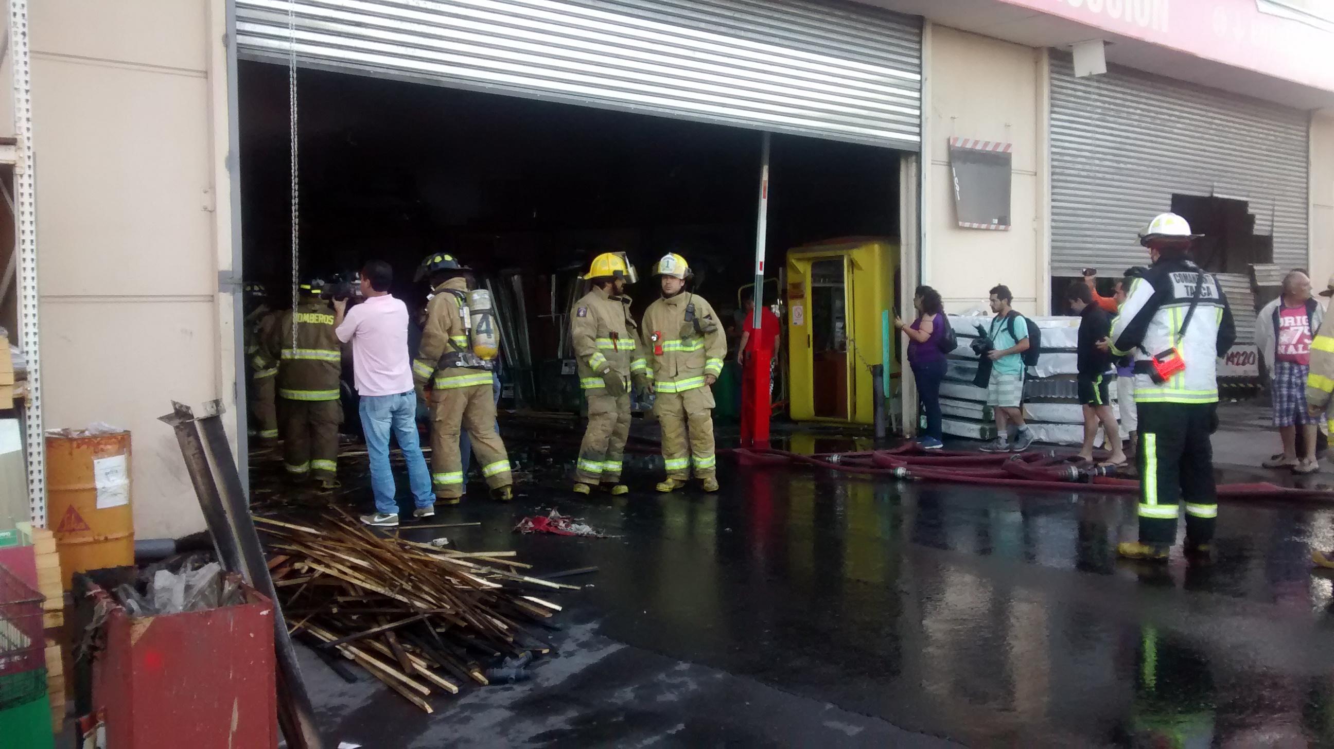 Incendio afectó a bodegas de Easy en Talca