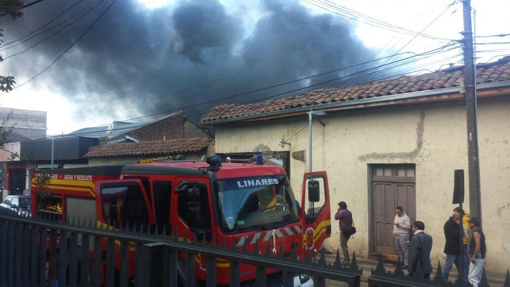 Incendio afecta a locales comerciales en pleno centro de Linares