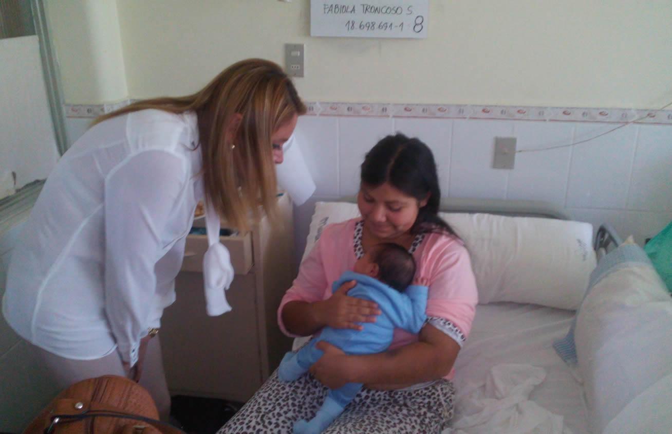 Gobernadora visitó a Anais la bebé que nació en el baño del Hospital de Linares