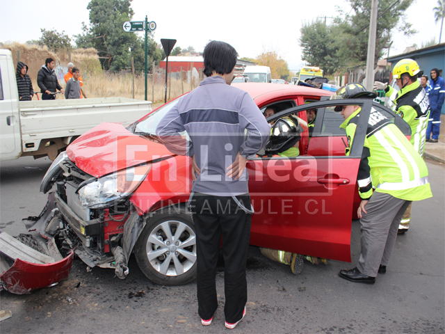 Un mujer lesionada deja violenta colisión en zona céntrica de Talca