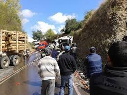 Muere conductor de camión que volcó en ruta San Clemente con Pelarco.