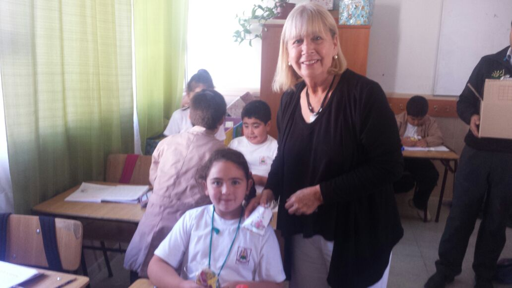 Huevitos de pascua entrega alcaldesa a niños de Pencahue