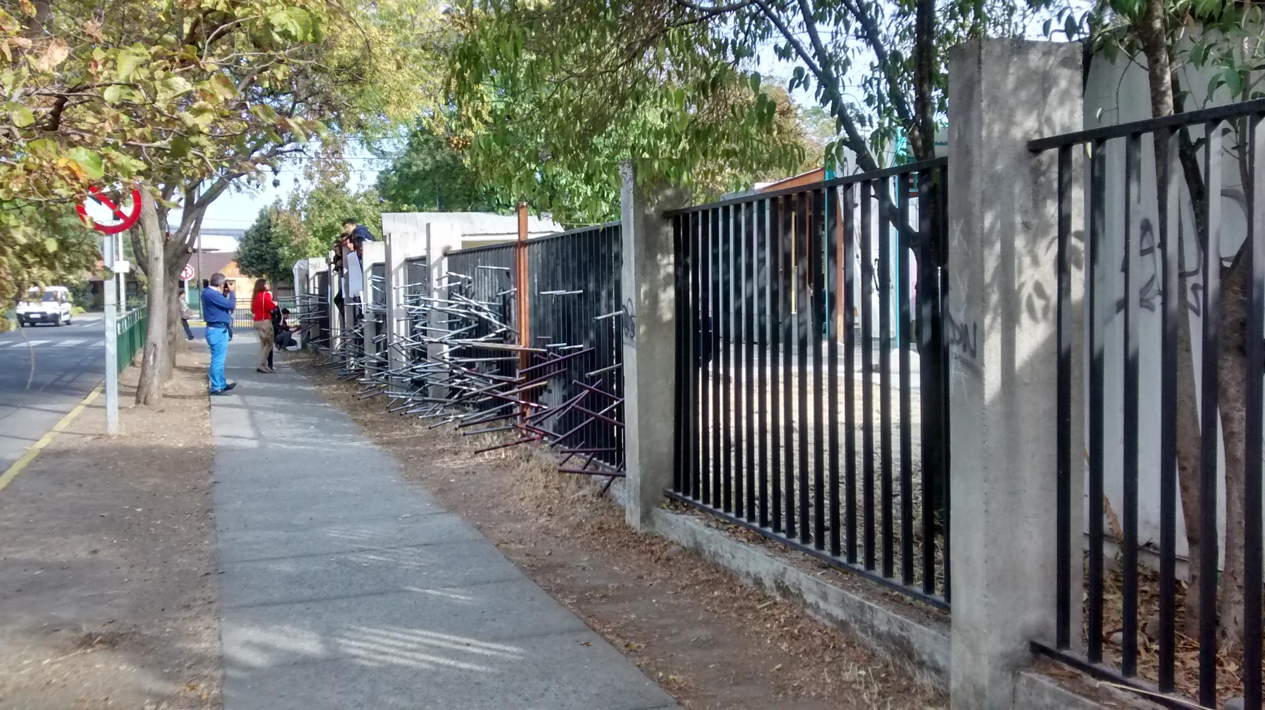 Por malas condiciones estructurales estudiantes se toman liceo B-11 de Talca