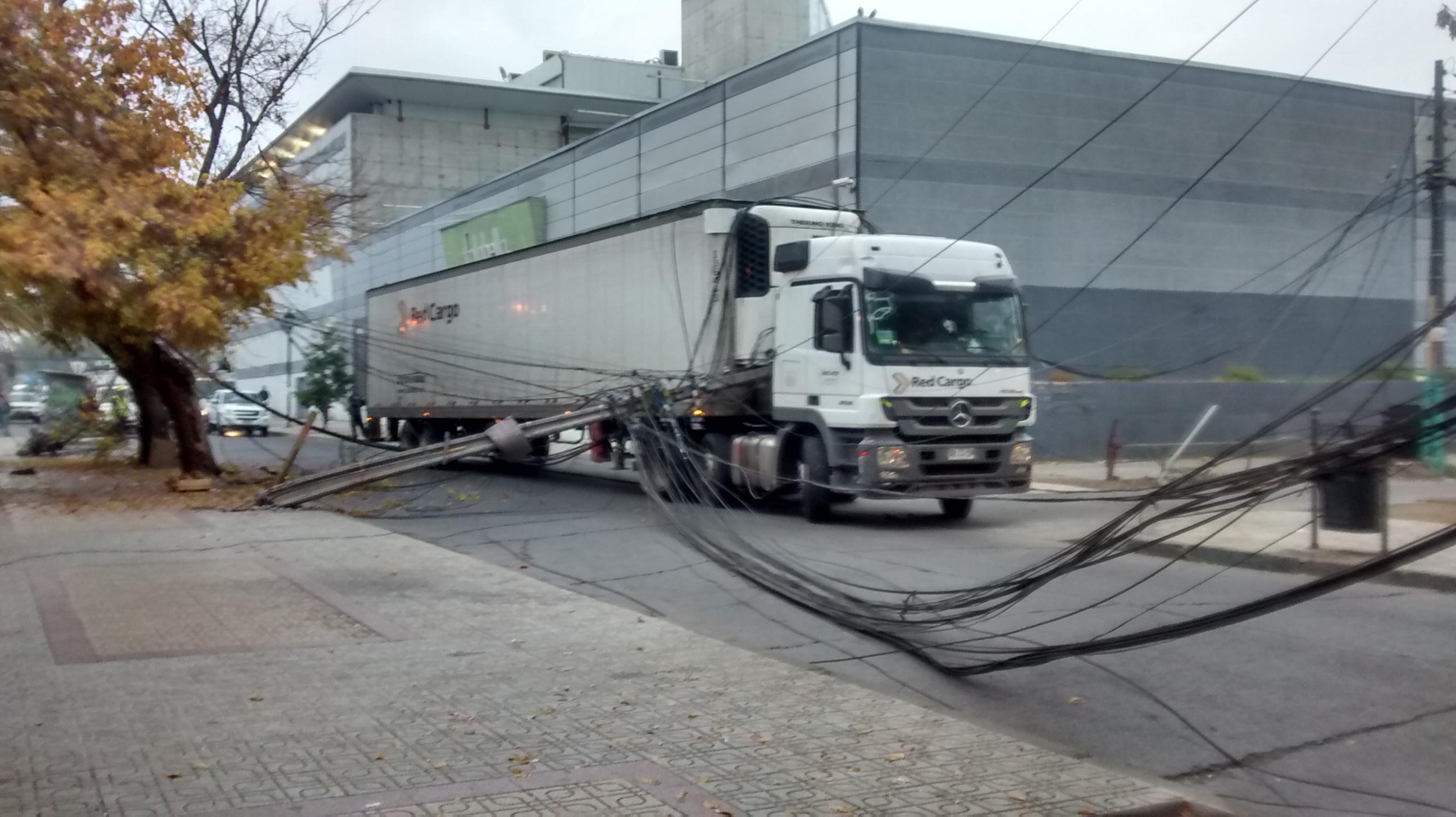 Camión provoca graves daños al alumbrado público en el centro de Talca