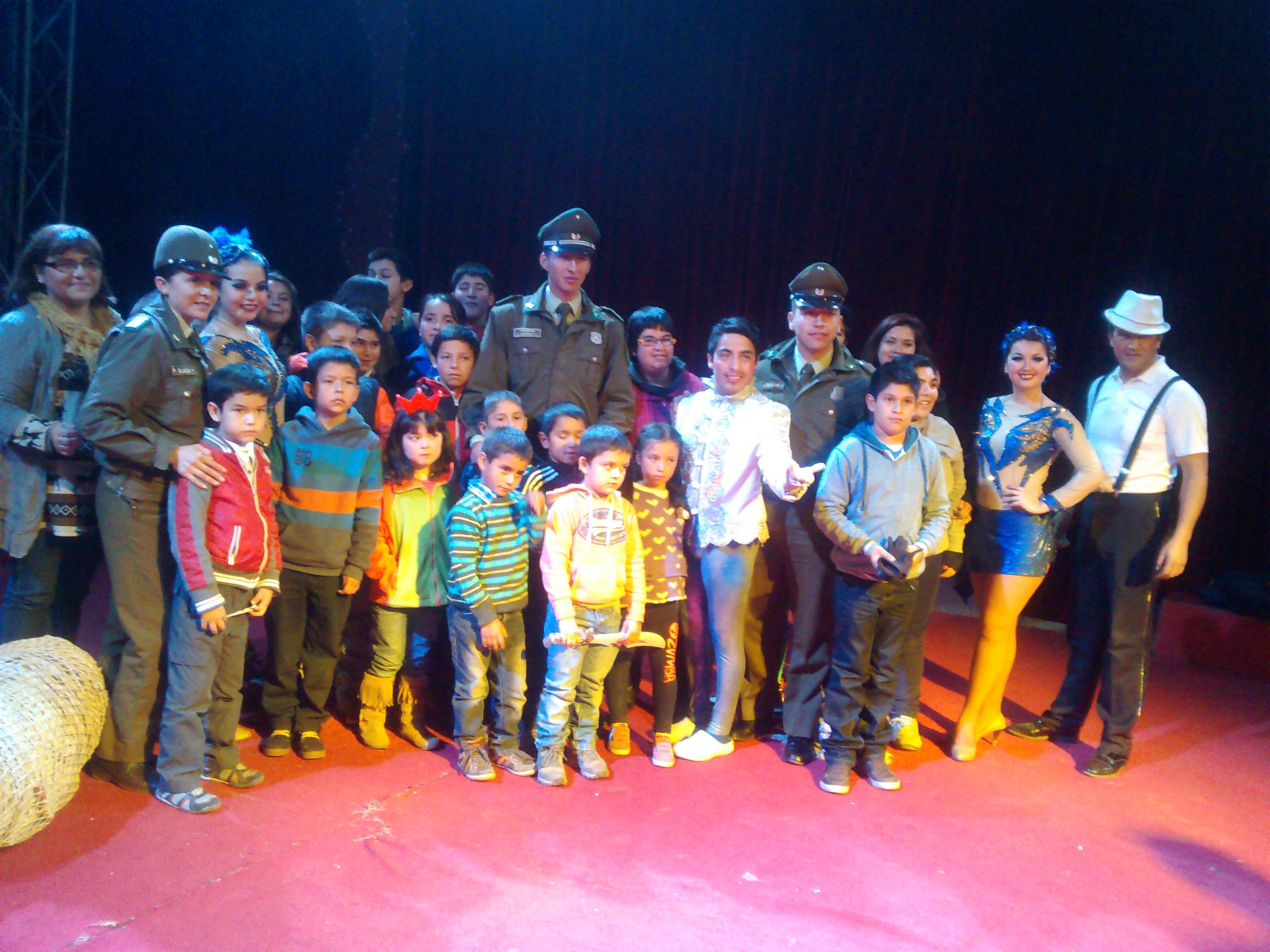 Carabineros de San Clemente asiste con escolares a función circense