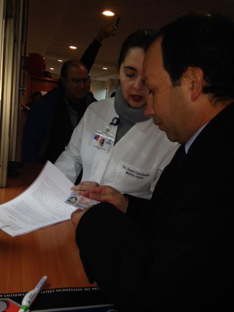 Hospital de Curicó y Colegio Médico presentan querella poragresión a doctora