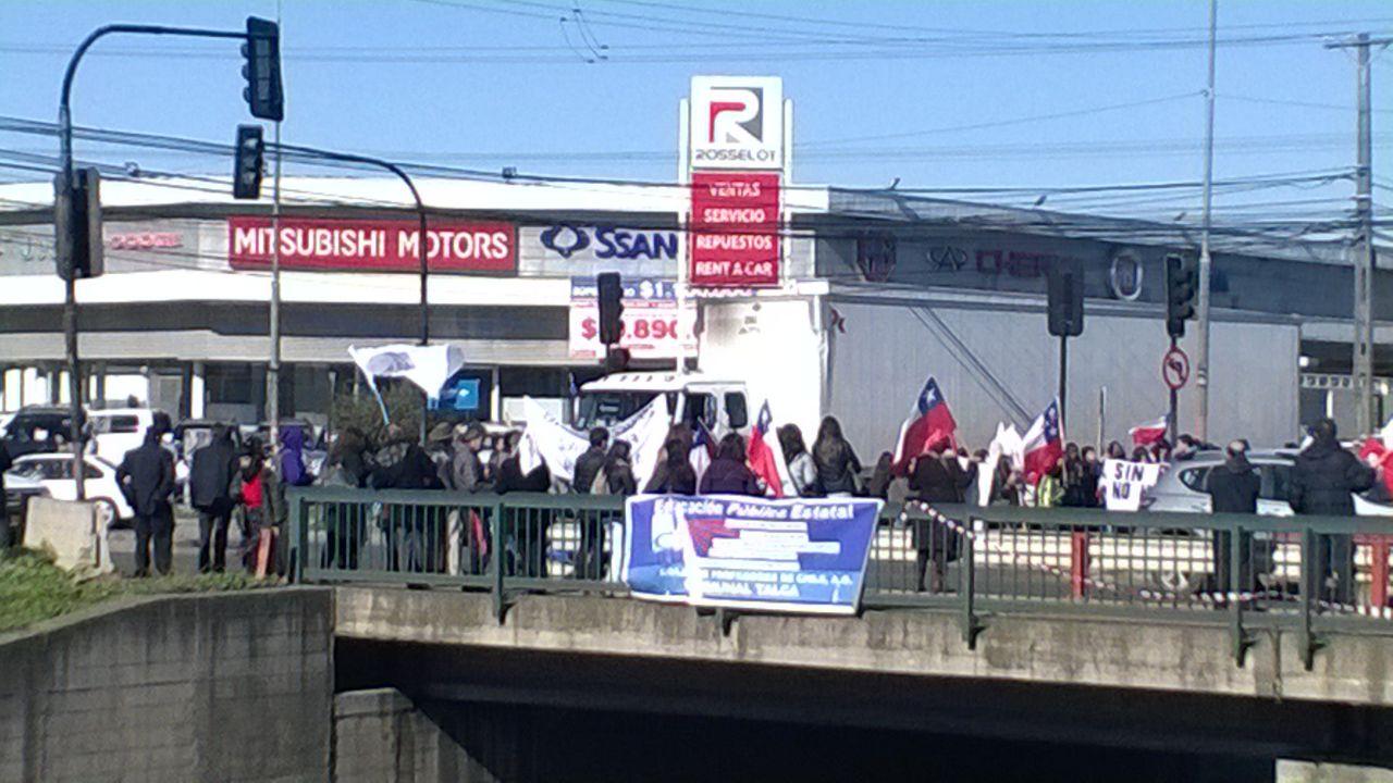 """Profesores protestan sobre el paso superior """"Varoli"""" en la Avenida San Miguel en Talca"""