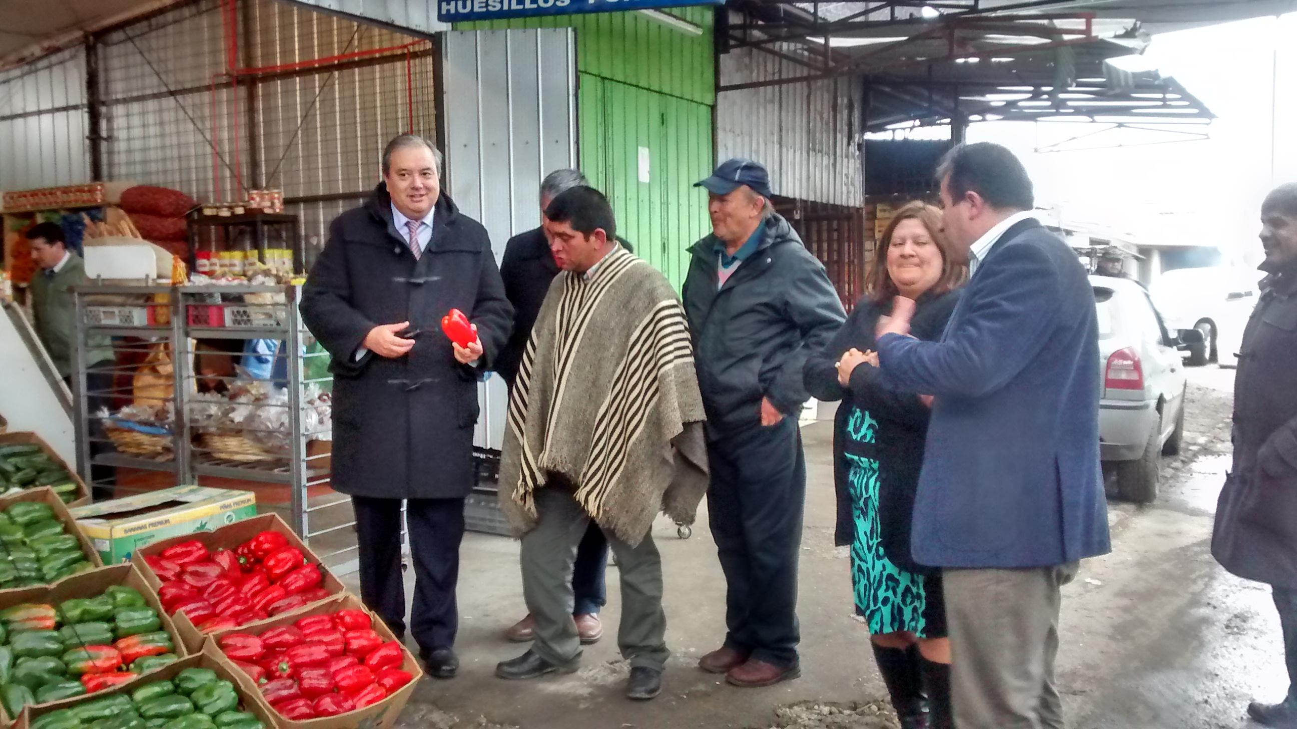 Intendente se reúne con dirigentes de la macro feria de Talca