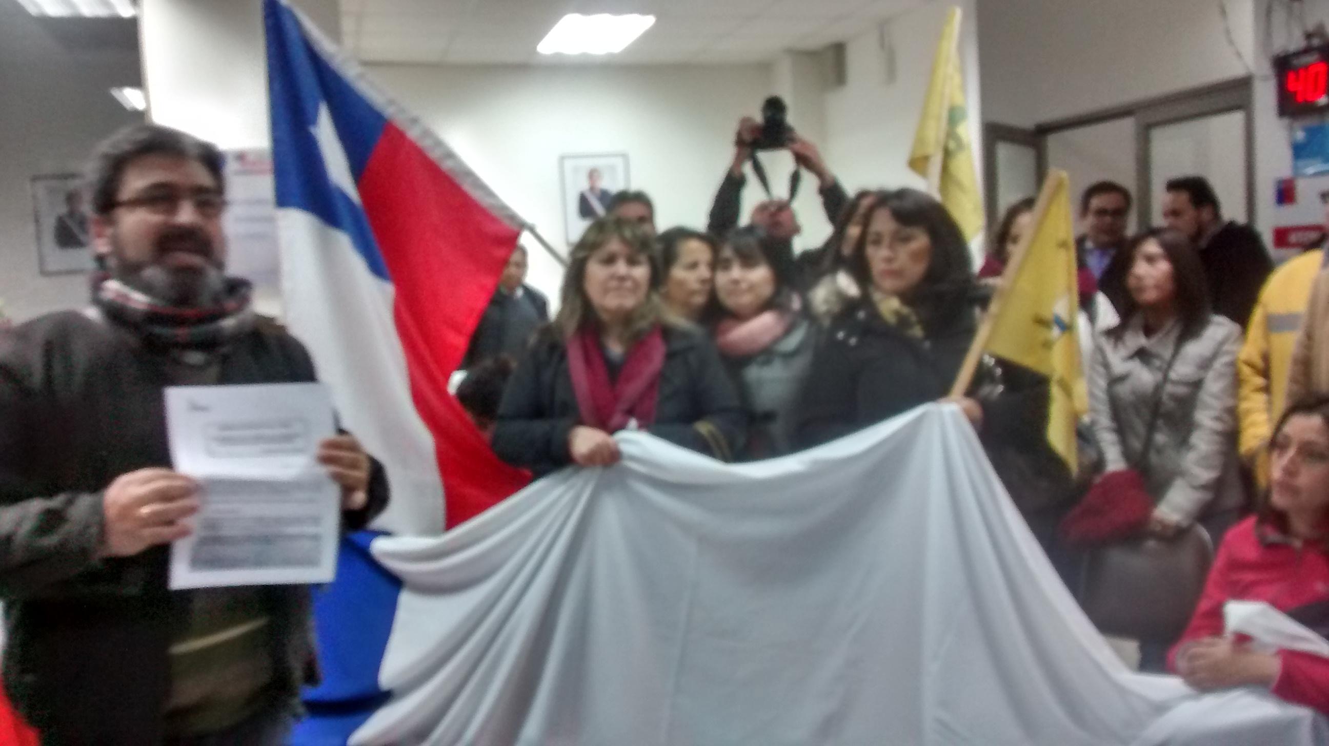 Profesores se toman la Dirección Provincial de Educación en Talca
