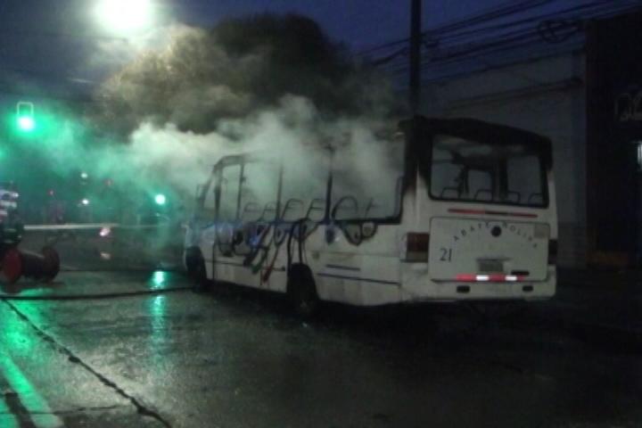 Tensión por incendio de microbús en centro de Talca