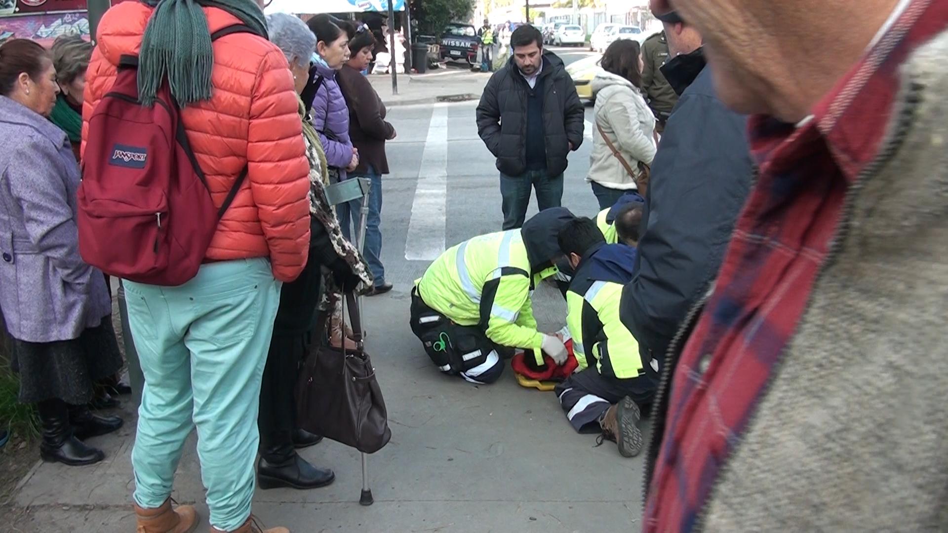 Grave niño que cae de microbús en centro de Talca