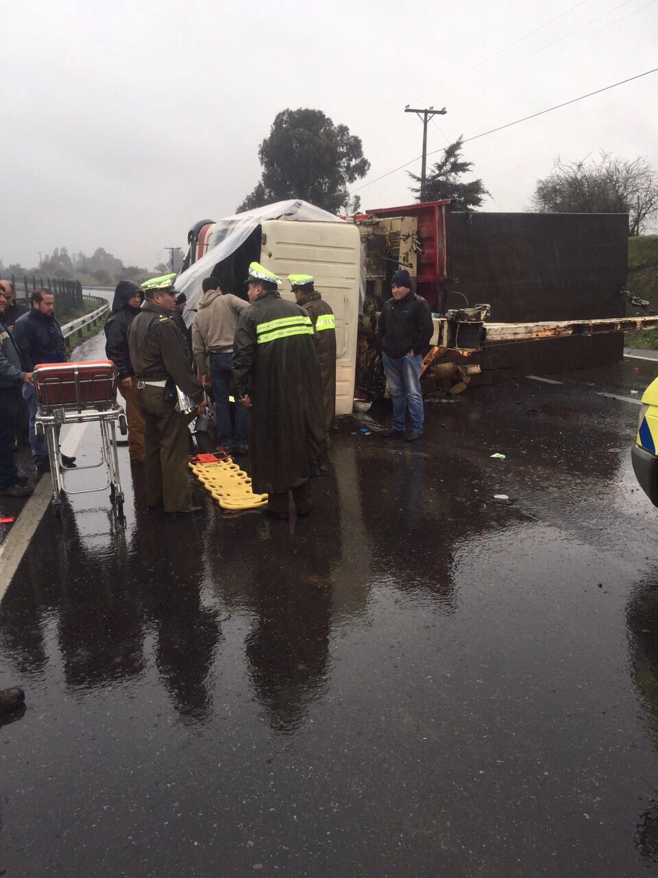 Un muerto y dos heridos deja volcamiento en ruta cinco sur