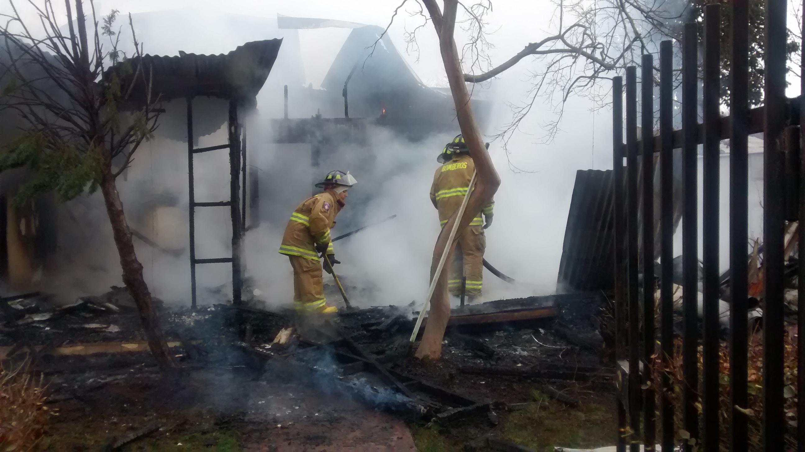 [Video] Violento incendio de vivienda deja un bombero herido en Talca