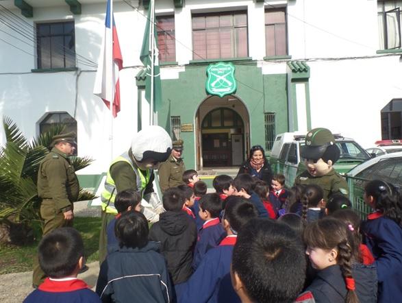 Carabineros de Constitución reciben visita de escolares