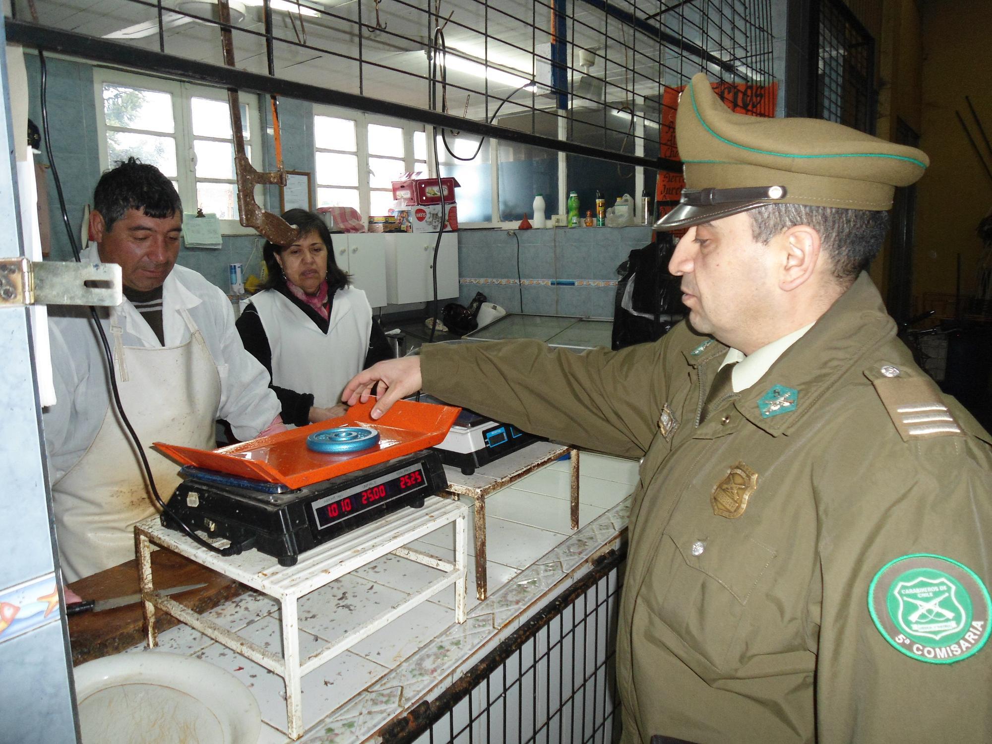 Carabineros fiscalizó funcionamiento de pesas en mercado de San Javier