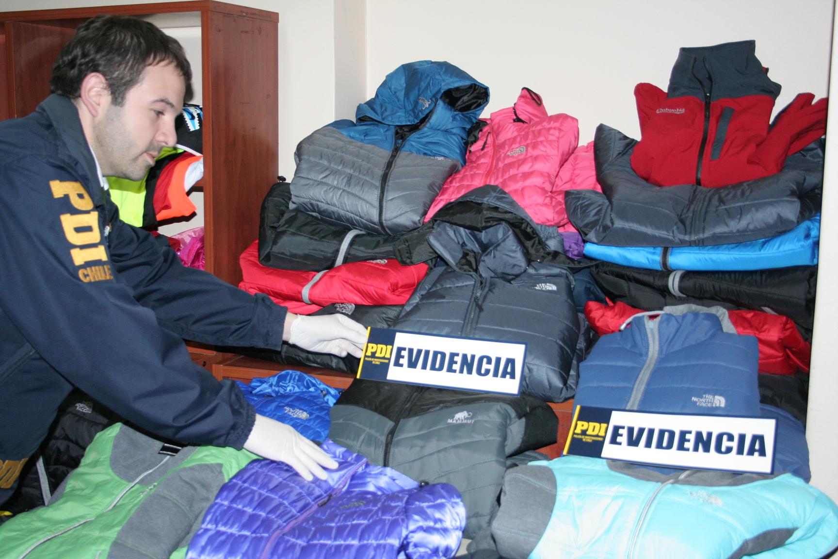 PDI de Talca detiene a mujer que vendía ropa falsificada