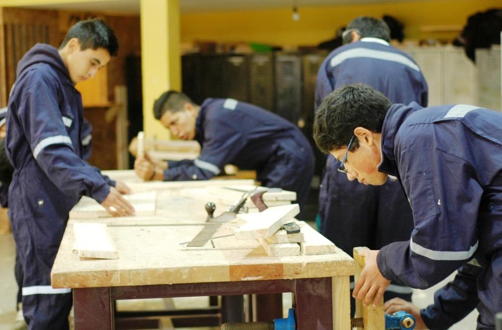 Aumenta empleabilidad en construcción para estudiantes de liceo en Pelluhue