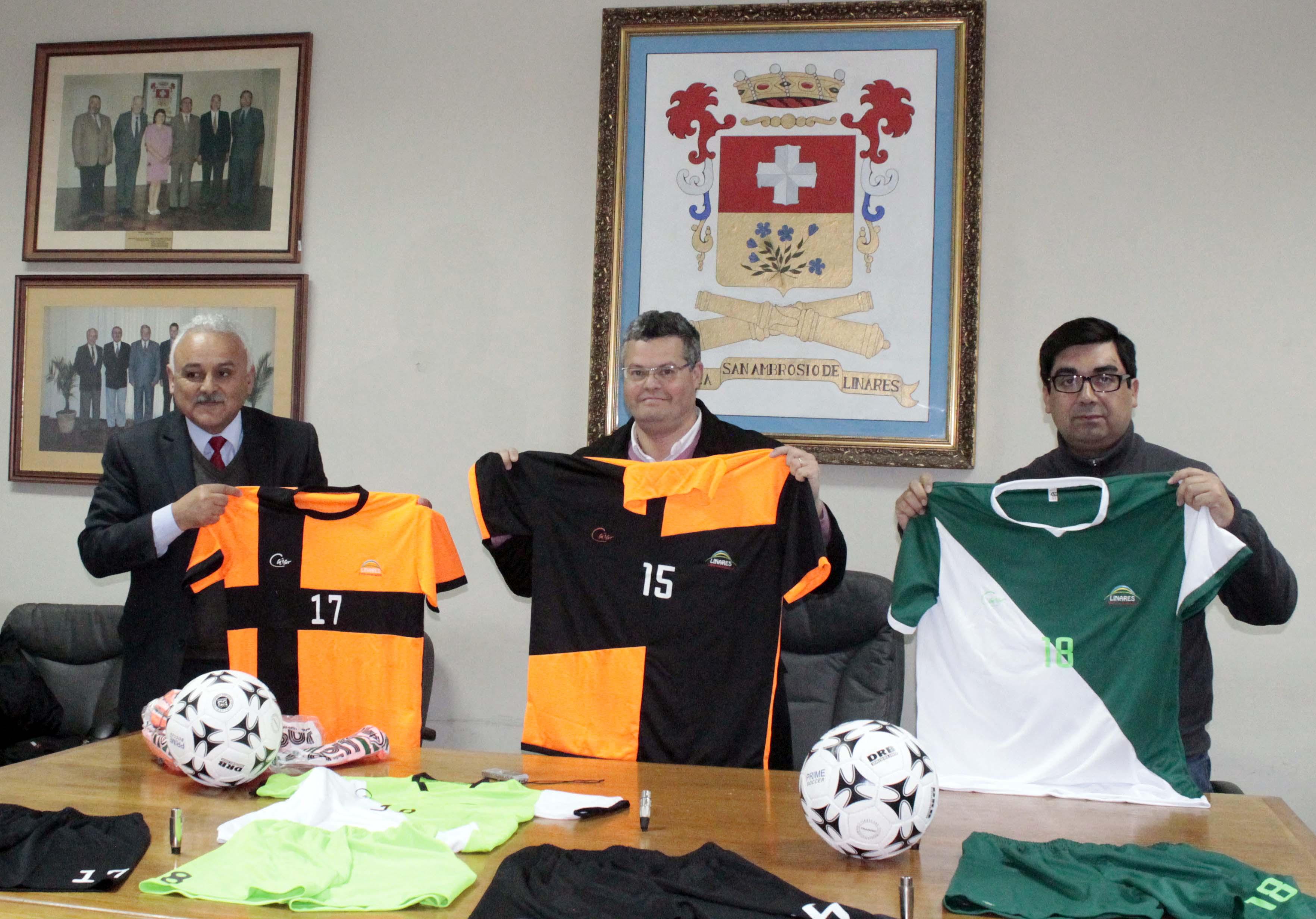 Alcalde de Linares entregó implementación deportiva al Club San Antonio Lamas