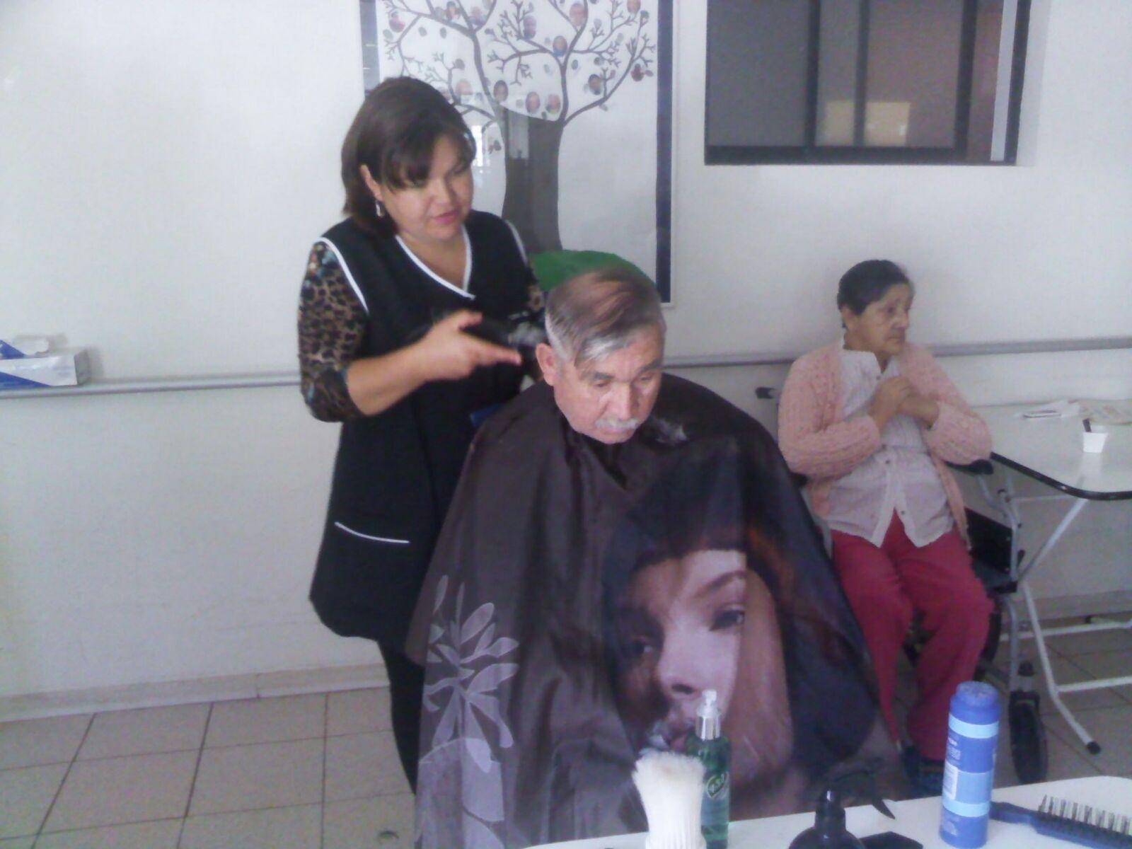 Carabineros corta el pelo a abuelitos de Licantén