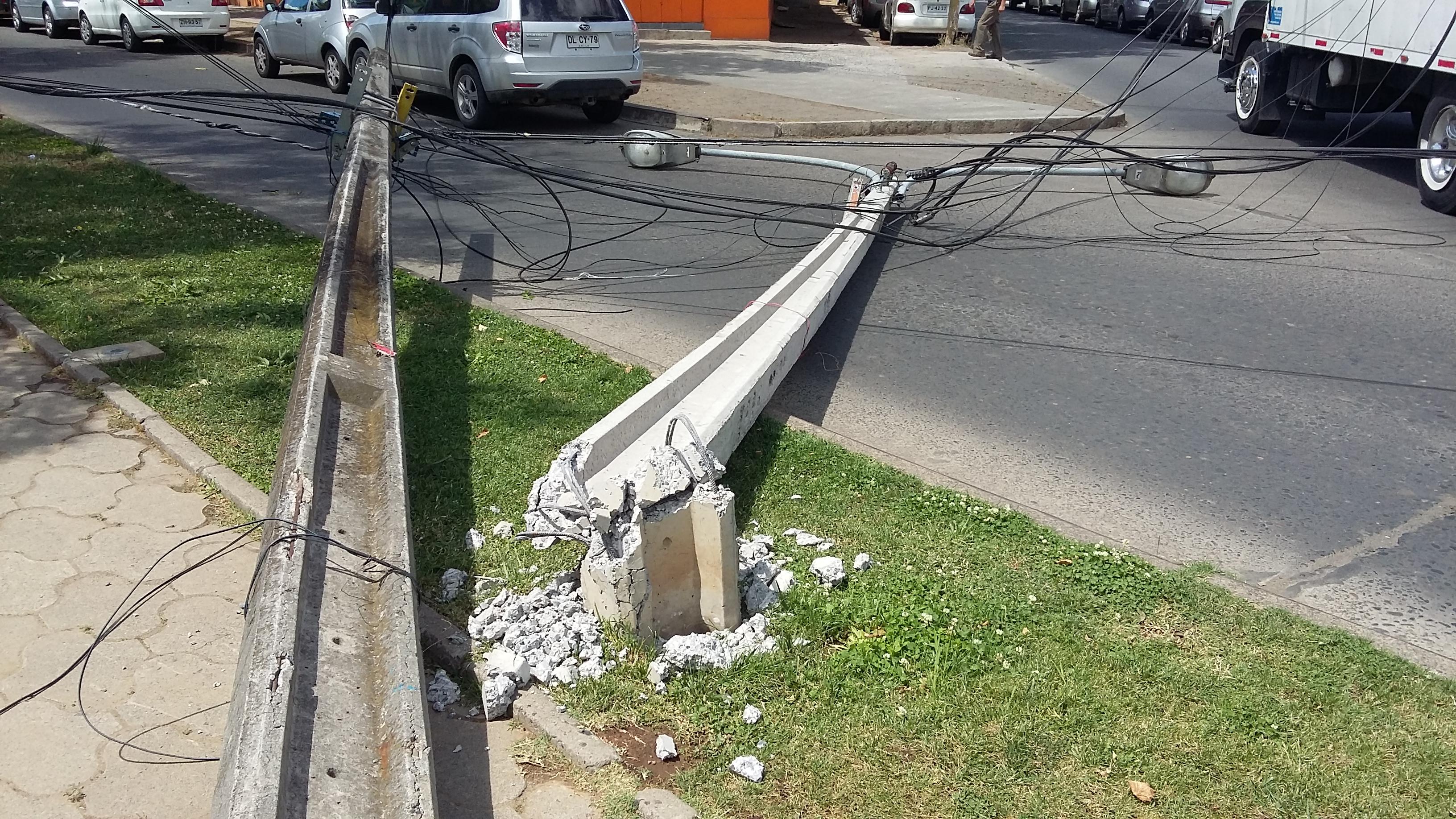 [Fotos] Camión pasó a llevar los cables del tendido eléctrico, dejando varios postes en el suelo.
