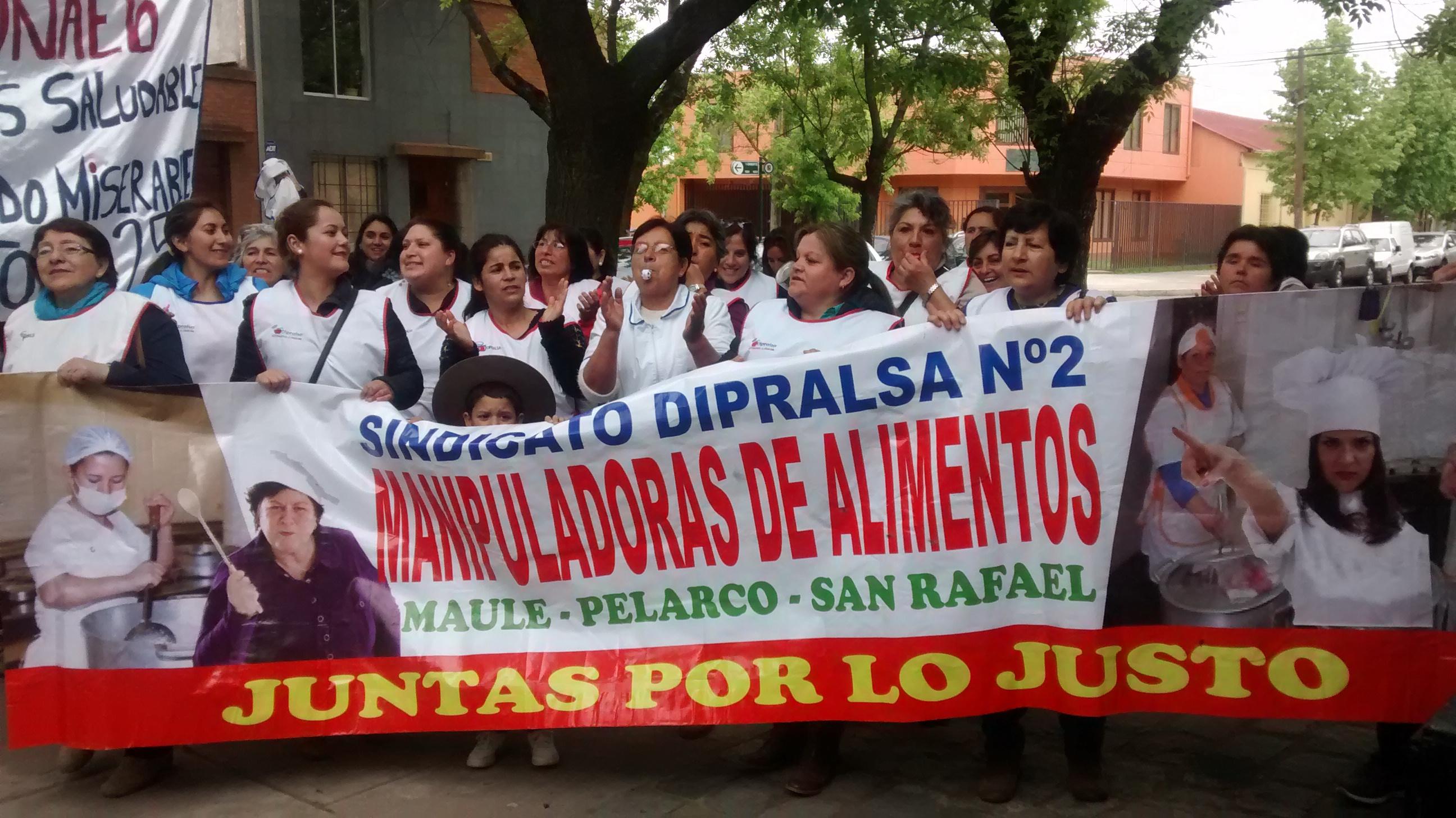 Manipuladoras de alimentos de Talca protestan por bajos sueldos