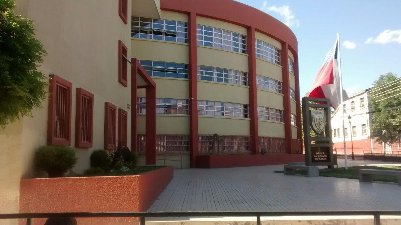 Delincuentes roban dinero y especies desde liceo comercial INSUCO de Talca.