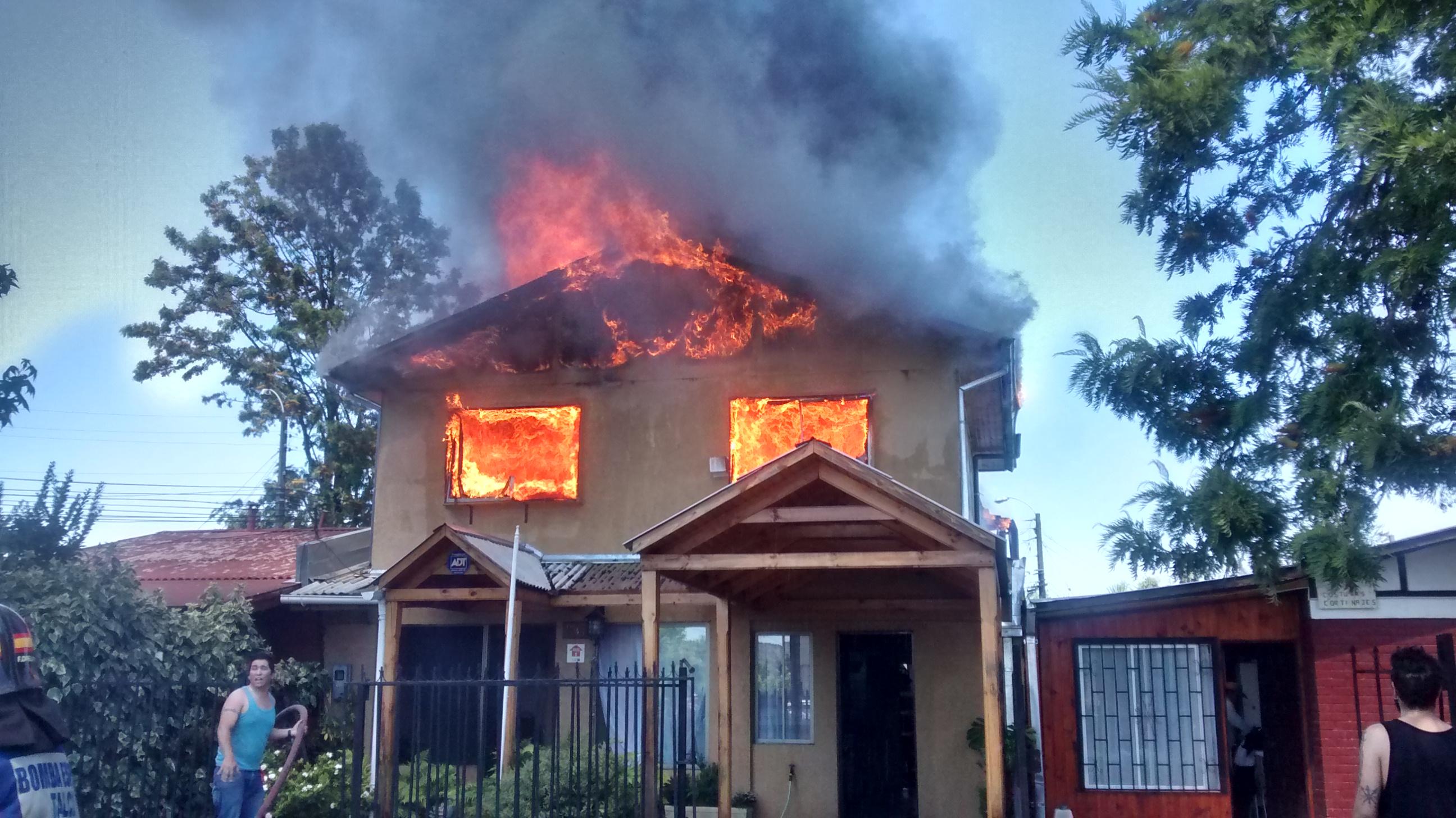 FOTOS: Dantesco incendio destruye vivienda con ampliaciones en Talca