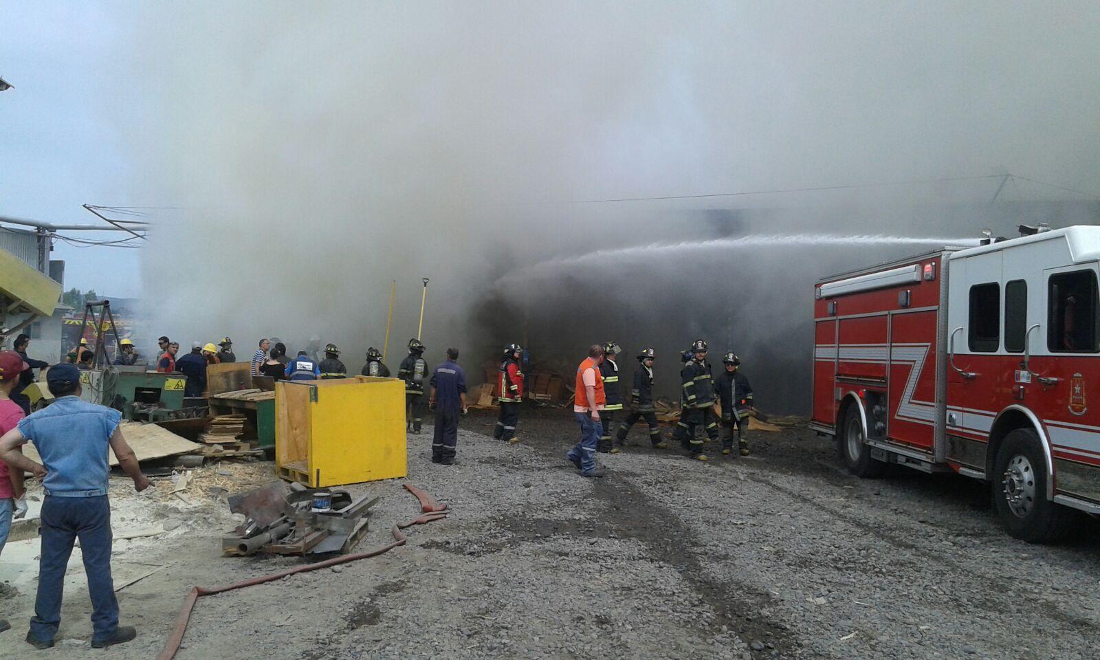 Violento incendio afecta a Maderas Prosperidad de Talca,