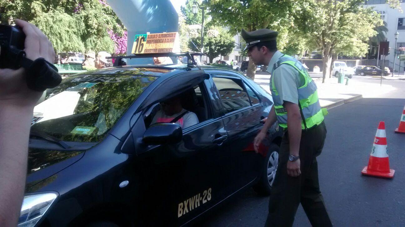 Conductores reciben chalecos reflectantes en plaza de armas de Talca.
