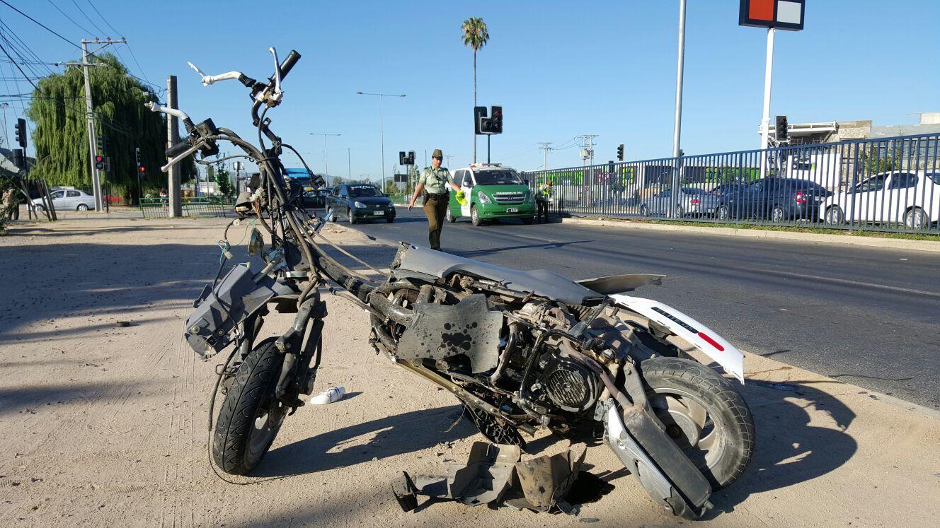 Grave con riesgo vital joven conductor implicado en violento accidente de tránsito en sector poniente de Talca.