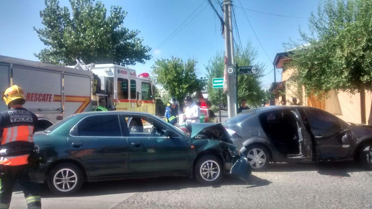 Dos lesionados deja violenta colisión en sector poniente de Talca