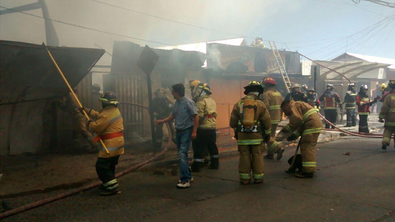 Fotos: Violento incendio en Talca, destruye cuatro locales comerciales.