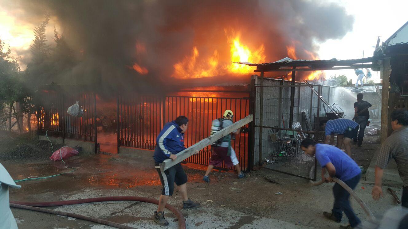 Fotos a minutos del incendio: Un muerto, 4 casas destruidas y al menos 15 damnificados dejó incendio de esta mañana en Maule.