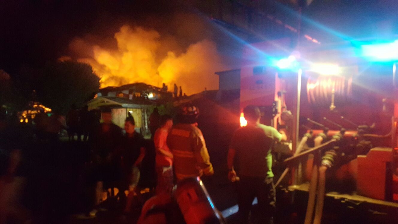 Dantesco incendio destruye 9 casas en población José Miguel Carrera en Talca