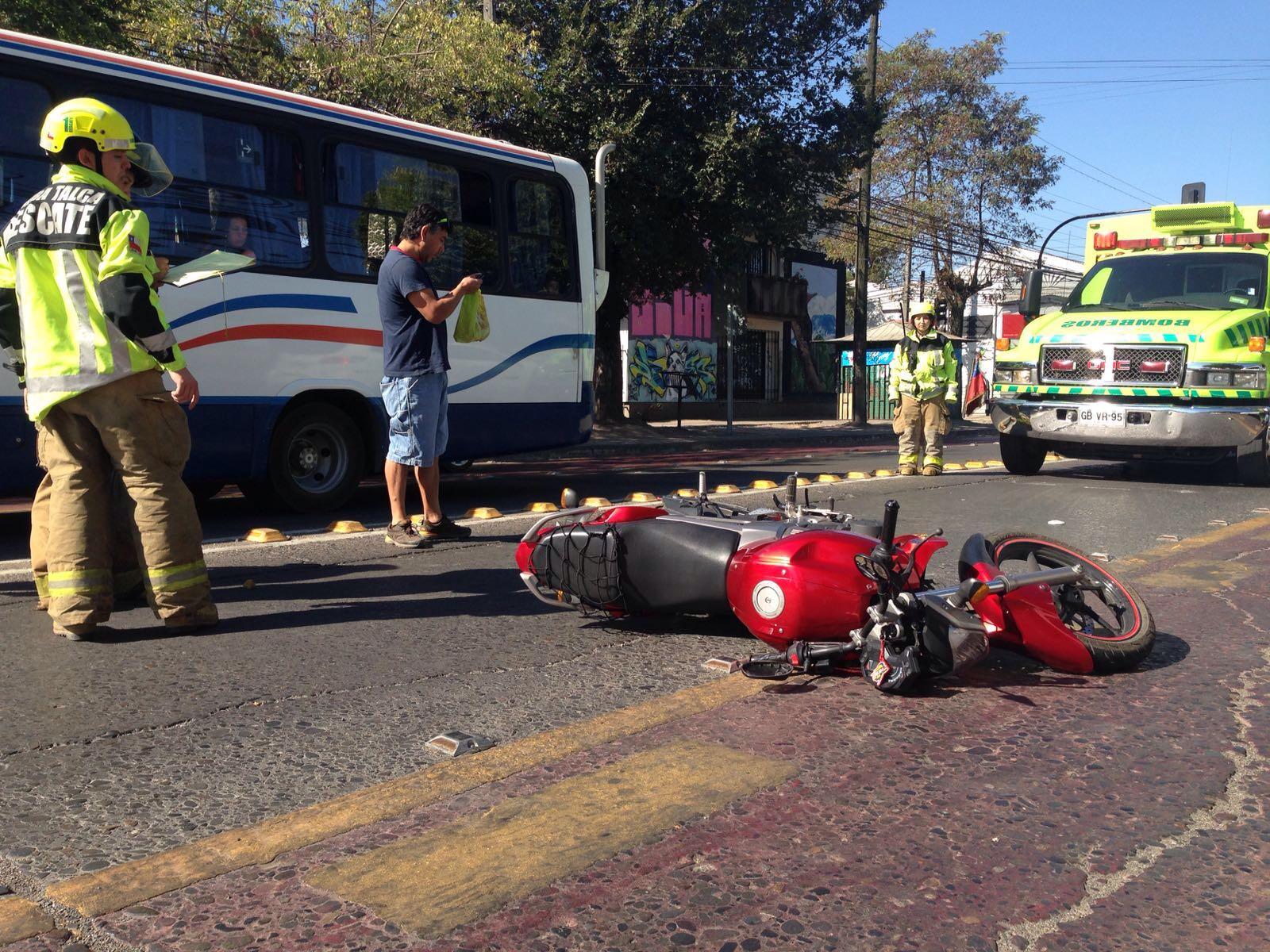 Grave e internado en el Hospital de Talca motorista que choca con árbol en la Avenida San Miguel en Talca.