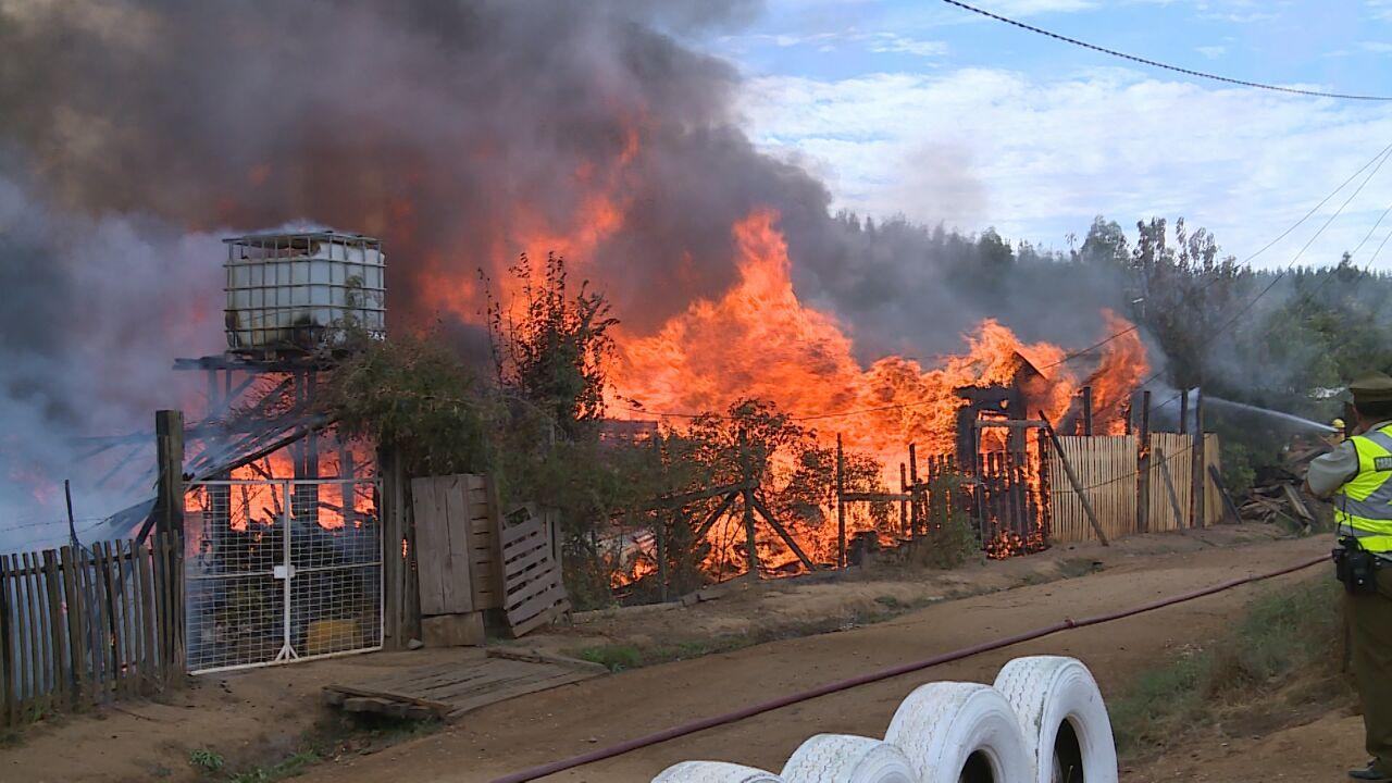 Carabineros investigará causas de  violento incendio que destruyó 5 casas en cercanías de Constitución