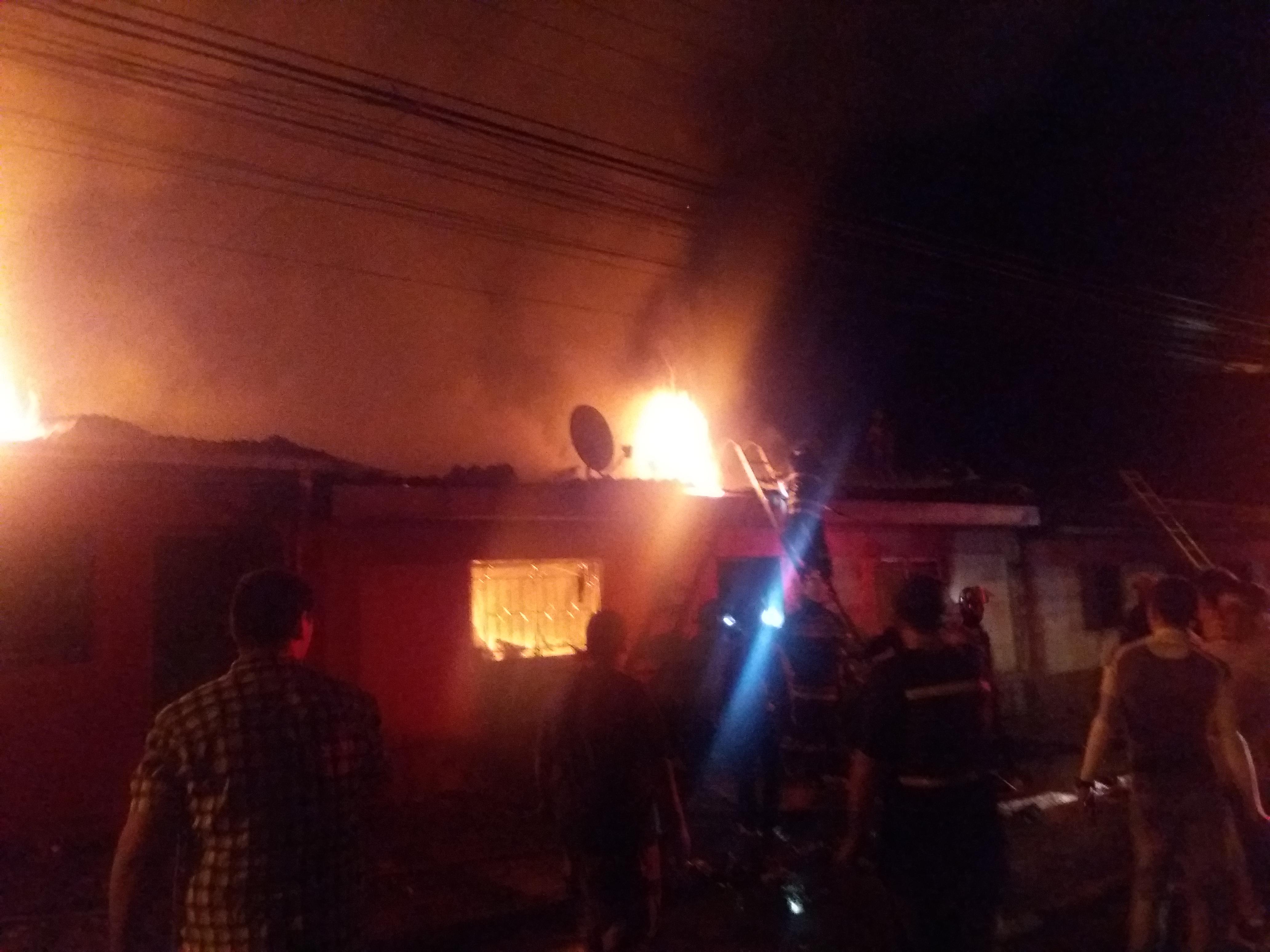 Violento incendio destruye cuatro casas y deja al menos 20 damnificados en barrio norte de Talca