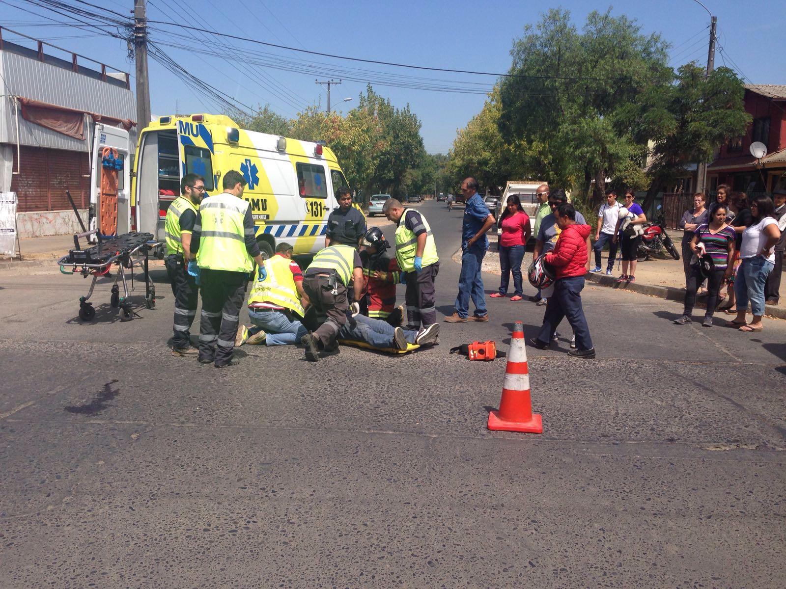 Violenta caída de motorista al evitar colisión con furgón escolar que se fugó en Talca.
