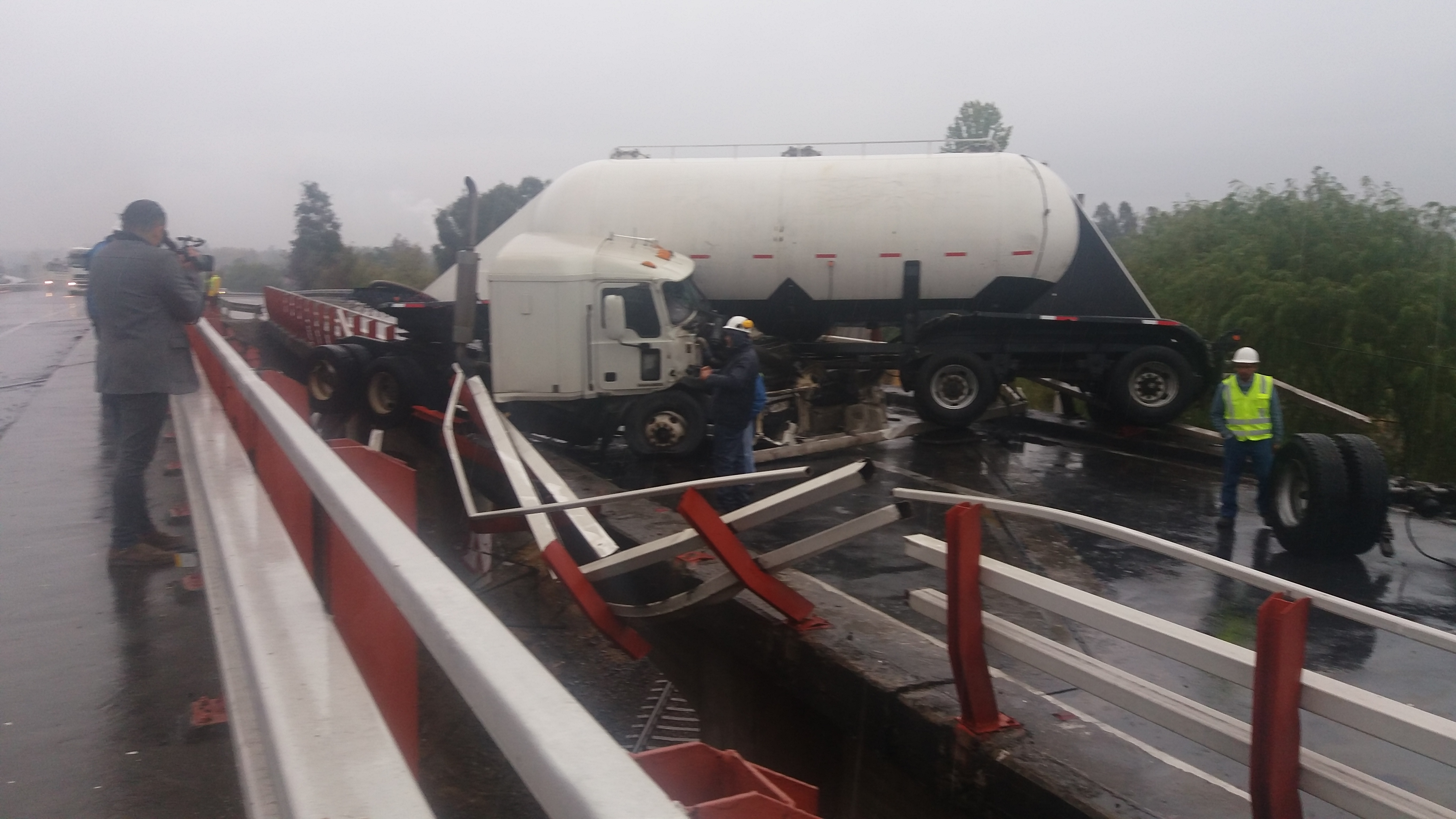 Por milagro conductor sólo sufre lesiones, luego que el camión que guiaba estuviera a punto de caer a línea férrea en ruta cinco frente a Talca.