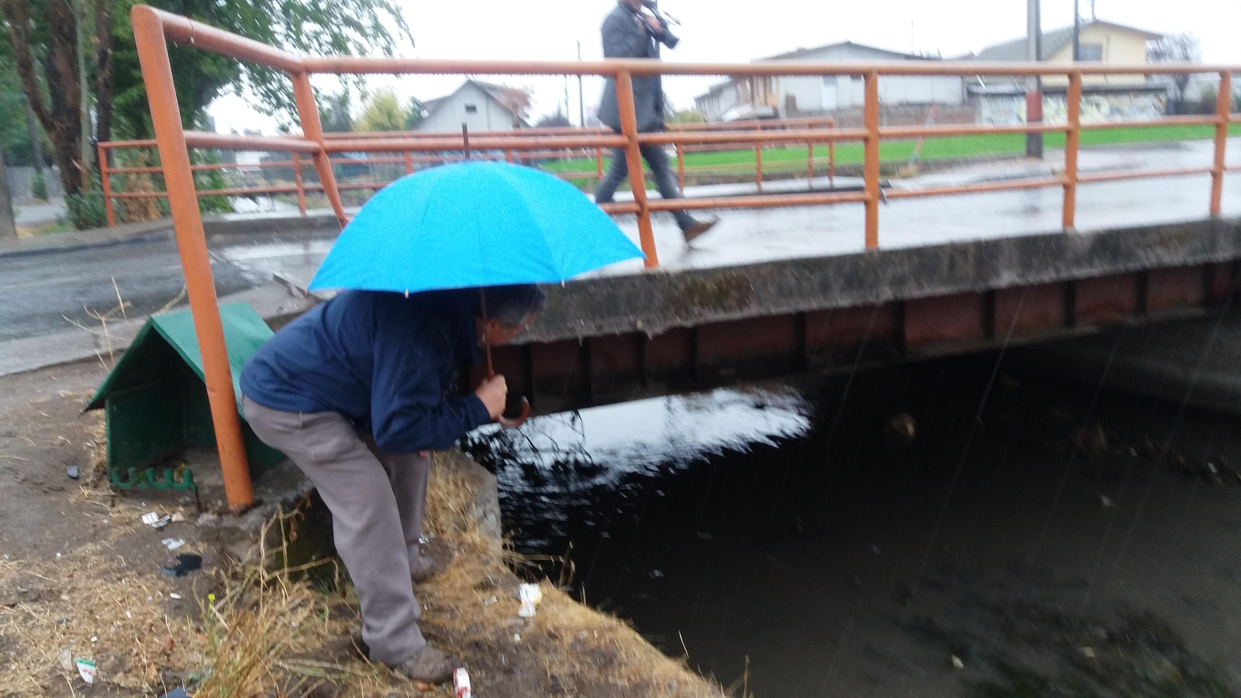 Intensas lluvias y el paso de vehículos de alto tonelaje provocaron daños a puente que conduce a la población Faustino González en Talca.