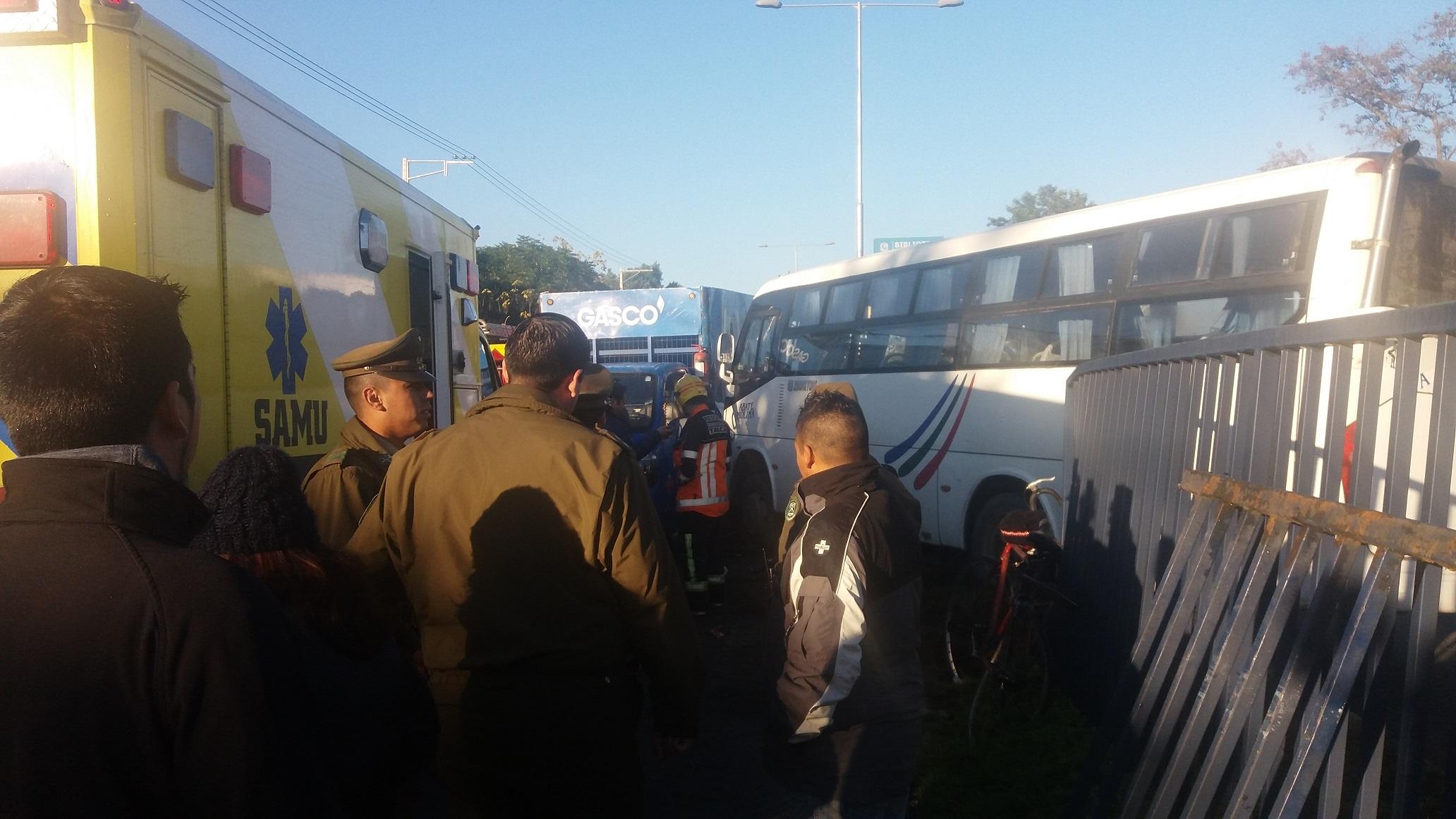 Fotos: Muere ciclista arrollado por microbús que terminó colisionando frontalmente con camión en  Talca