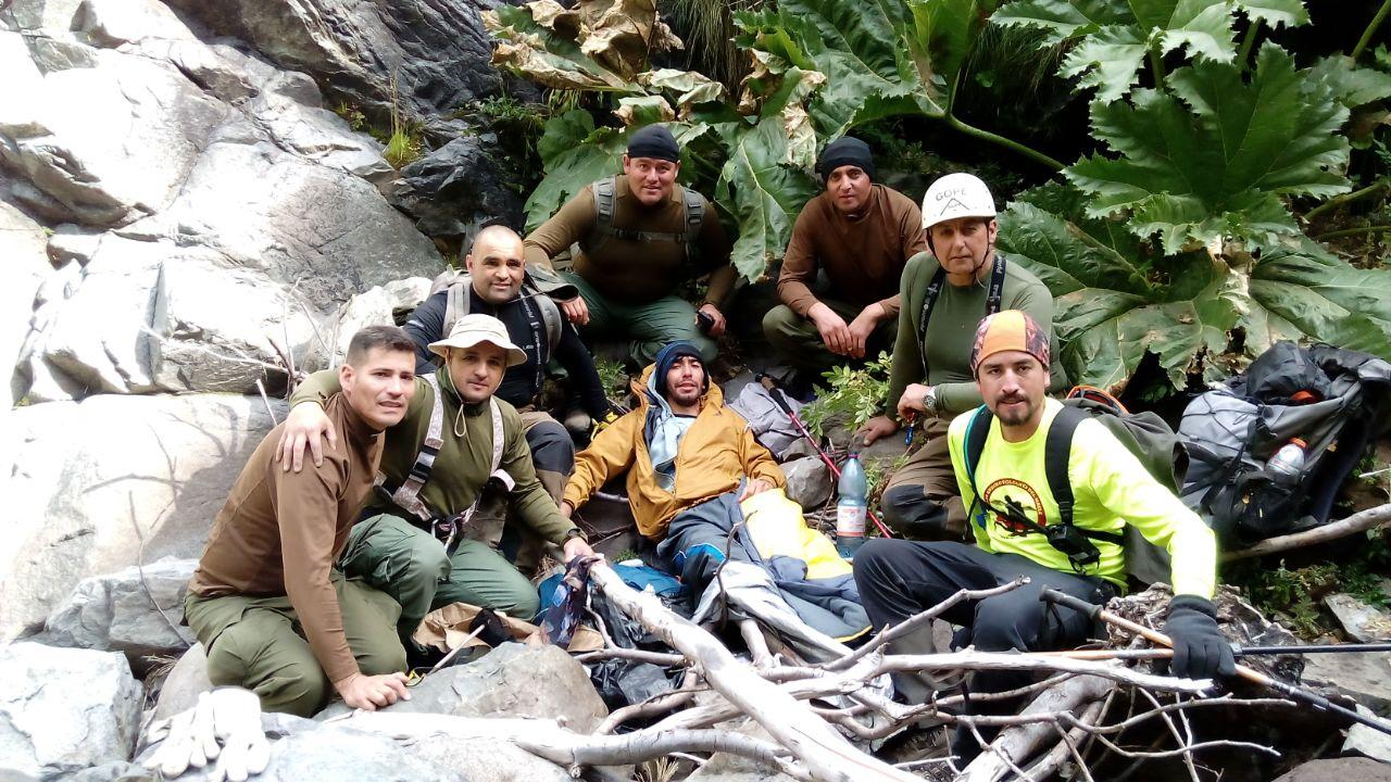 Fotografía muestra el momento en que joven extraviado de Talca, es encontrado por los rescatistas en Reserva Altos de Lircay