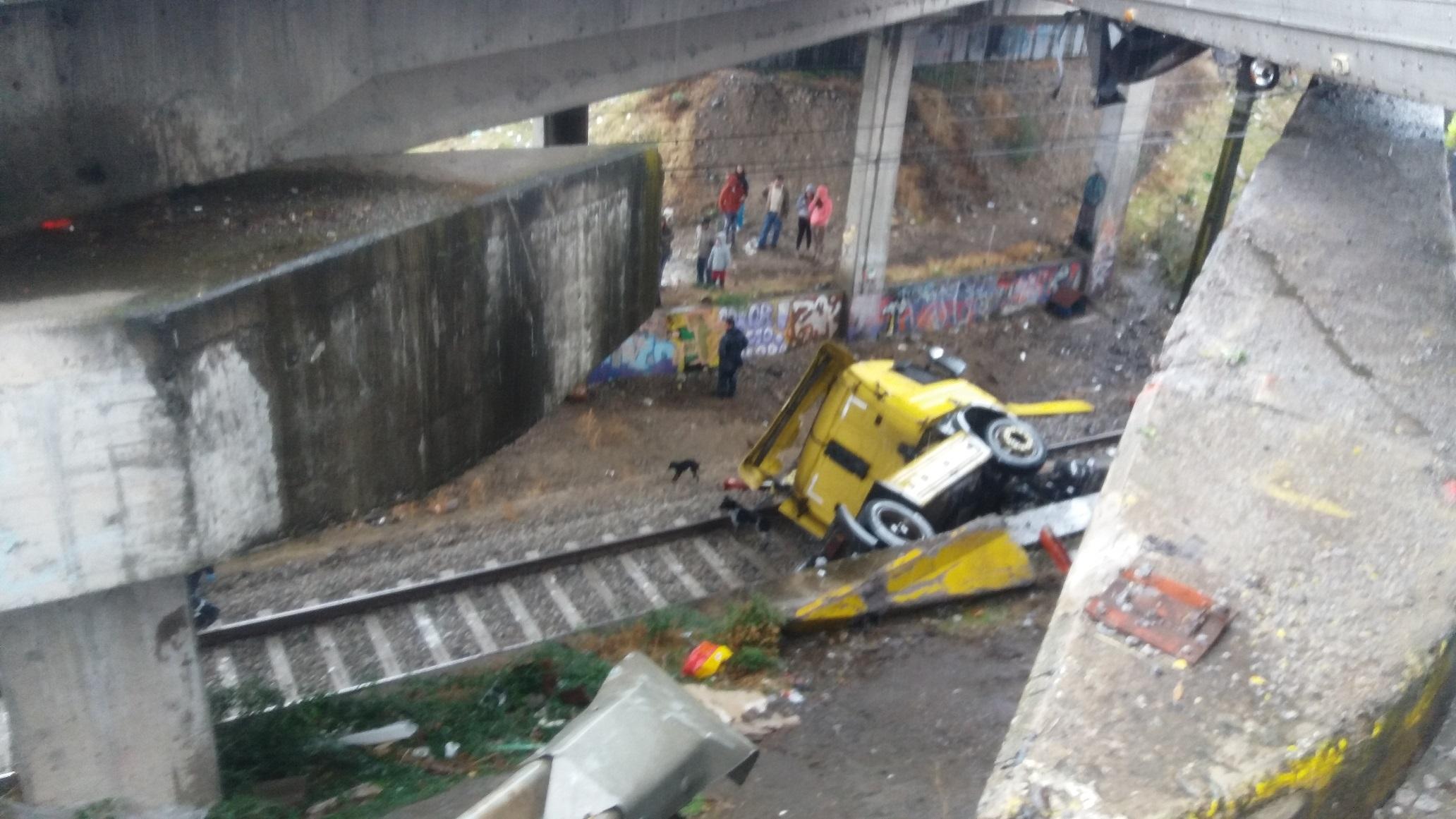 FOTOS: Conductor salva con vida, tras caer de 7 metros al vacío en la misma carrocería del camión que guiaba en ruta cinco frente a Talca