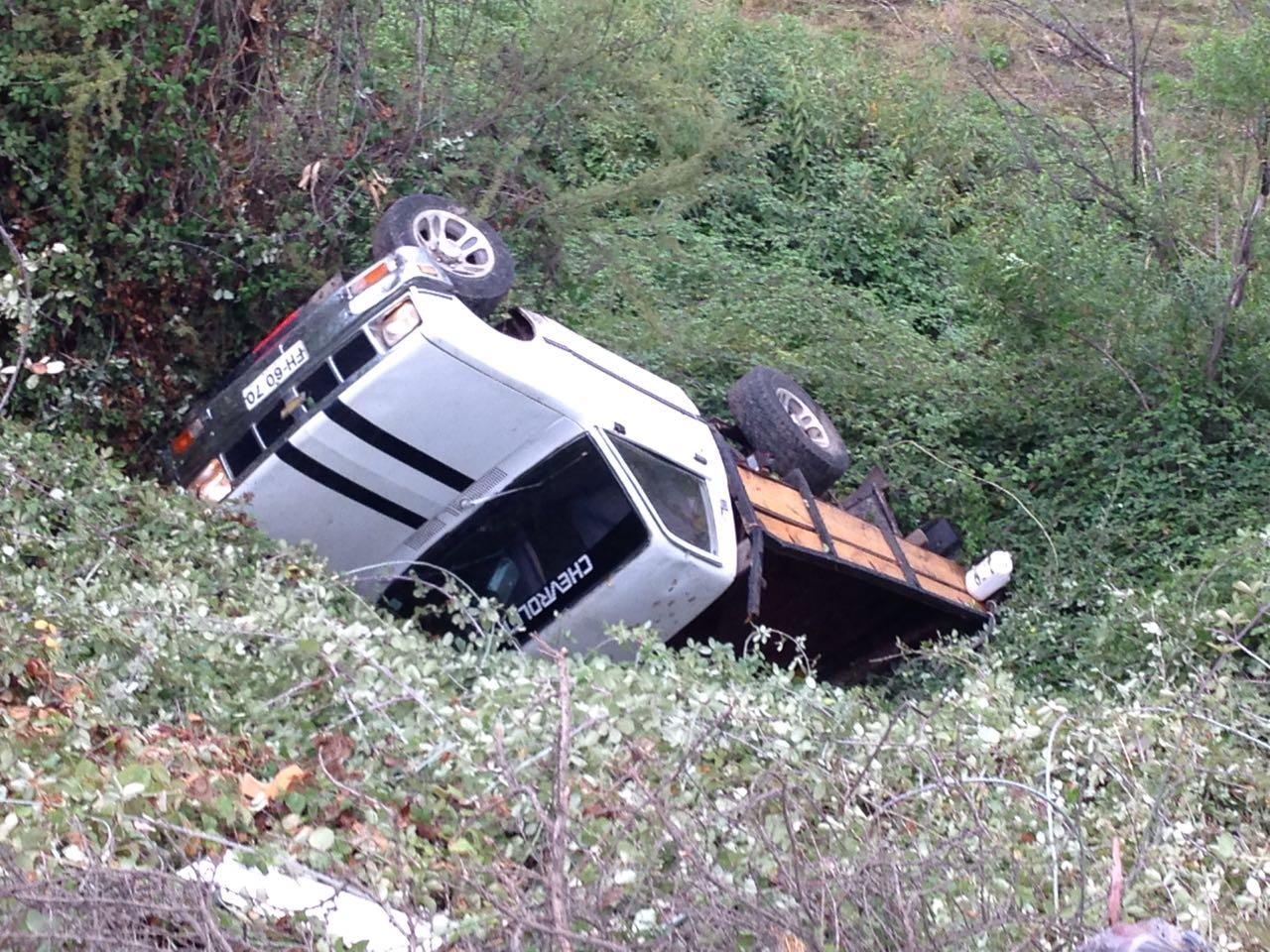 Dos ocupantes de camioneta salvan de milagro tras caer a barranco camino al vertedero en Talca